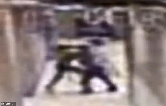 Giáo viên thể dục ra tòa vì đánh học sinh như phim - Ảnh 1.