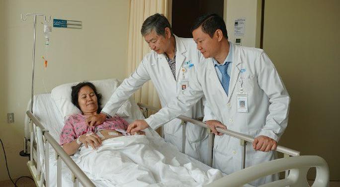 Ở nước ngoài tưởng đau dạ dày, qua Việt Nam lấy ra một mớ sỏi - Ảnh 1.