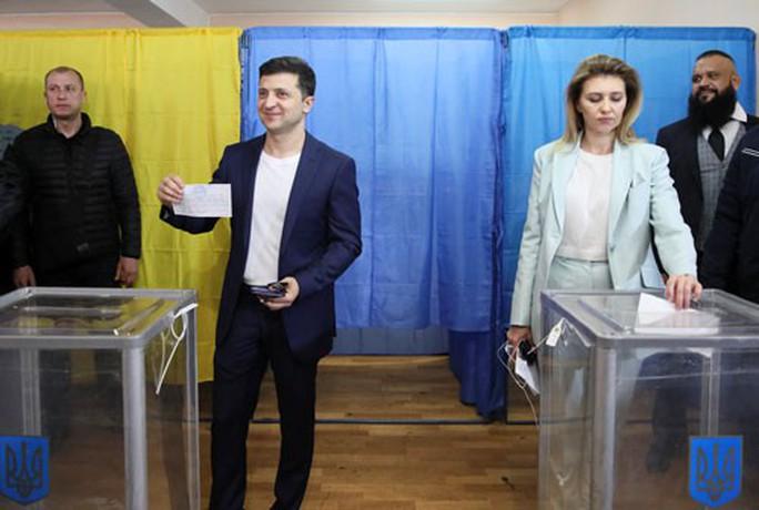 Bầu cử tổng thống Ukraine: Diễn viên hài Zelenskiy chắc thắng? - Ảnh 1.