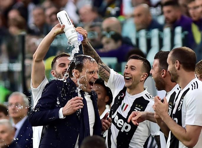 Ronaldo mua máy tính tặng đồng đội Juventus vì... nhận thẻ đỏ - Ảnh 5.