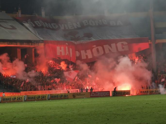 Phạt Hà Nội FC đá sân không khán giả vì để CĐV Hải Phòng đốt pháo sáng - Ảnh 2.