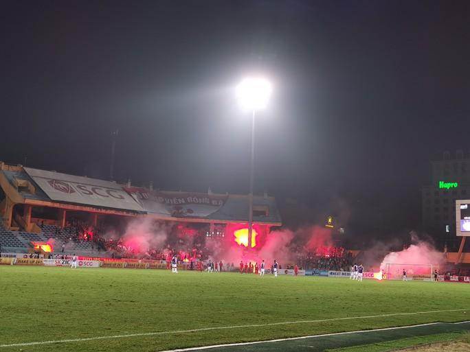 Phạt Hà Nội FC đá sân không khán giả vì để CĐV Hải Phòng đốt pháo sáng - Ảnh 1.