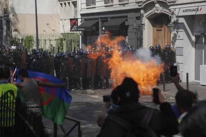 Pháp: Biểu tình lan rộng sau vụ cháy Nhà thờ Đức Bà Paris - Ảnh 4.