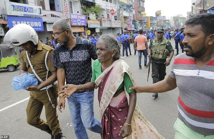 Sri Lanka: Nhà thờ và khách sạn bị đánh bom, ít nhất 138 người chết - Ảnh 4.