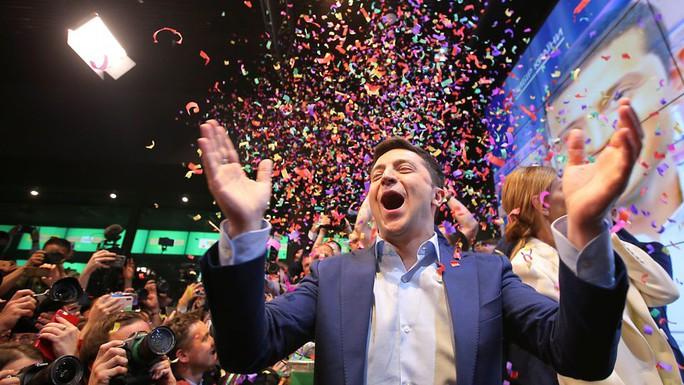 Bầu cử Ukraine: Tổng thống Poroshenko bị diễn viên hài đánh bại - Ảnh 1.