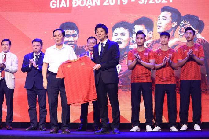 Dàn sao đội tuyển Việt Nam rạng rỡ trong ngày có nhà tài trợ mới - Ảnh 2.