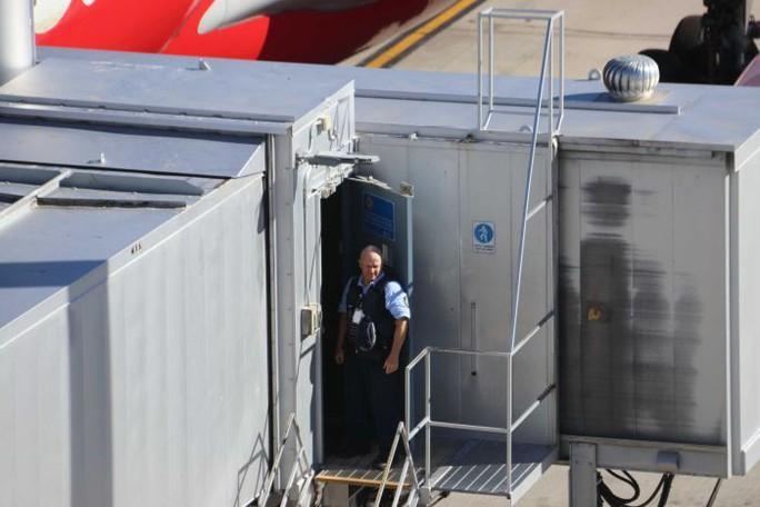 Bé 2 tháng tuổi tử vong trên máy bay AirAsia - Ảnh 2.