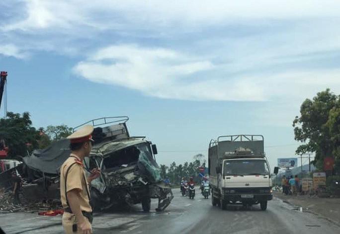 Xe tải đấu đầu xe container, cậy cabin dập nát cứu tài xế bị thương nặng - Ảnh 1.