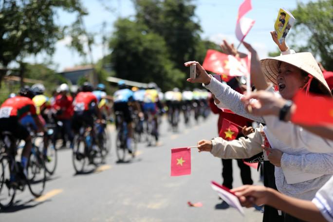 Bể vỏ xe gần đích, Huỳnh Thanh Tùng suýt mất áo vàng - Ảnh 5.