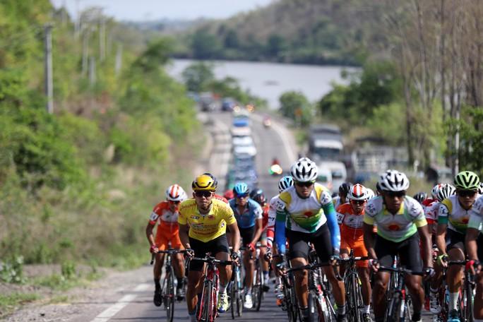 Bể vỏ xe gần đích, Huỳnh Thanh Tùng suýt mất áo vàng - Ảnh 3.