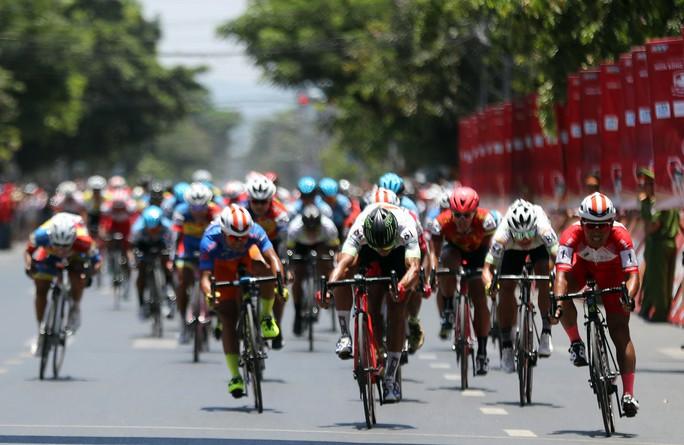 Bể vỏ xe gần đích, Huỳnh Thanh Tùng suýt mất áo vàng - Ảnh 6.