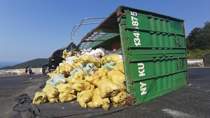 Lật xe container, 27 tấn dừa nằm lăn lóc trên đèo Hải Vân - Ảnh 2.