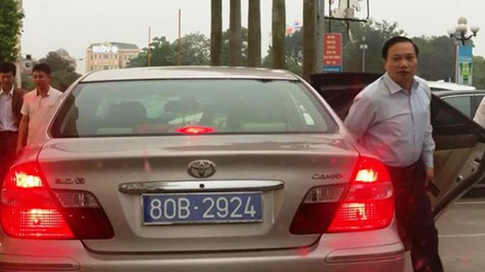 Vụ chủ tịch HĐND tỉnh Ninh Bình đi xe biển 80B: Thu hồi cả 2 xe biển xanh - Ảnh 1.