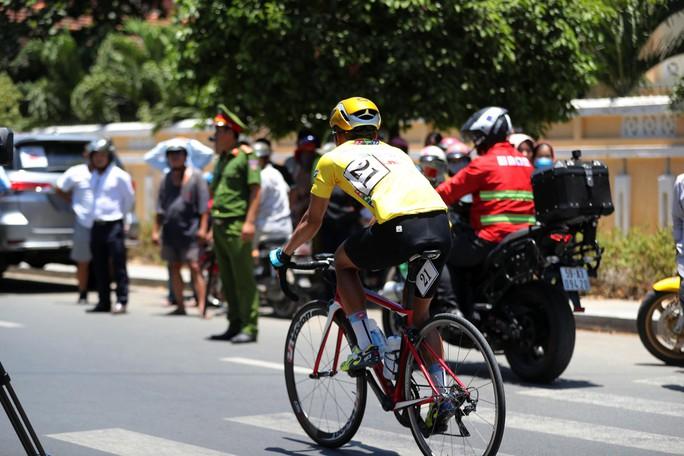 Bể vỏ xe gần đích, Huỳnh Thanh Tùng suýt mất áo vàng - Ảnh 7.
