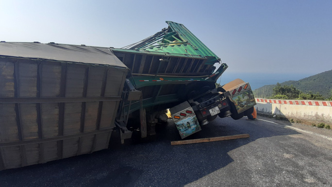Lật xe container, 27 tấn dừa nằm lăn lóc trên đèo Hải Vân - Ảnh 5.