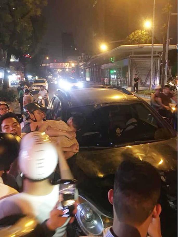 Xe điên gây tai nạn liên hoàn trên phố, nhiều người thương vong - Ảnh 2.