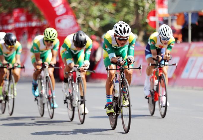 Giải xe đạp Cúp Truyền hình TP HCM: Nguyễn Trường Tài xé áo vàng - Ảnh 2.
