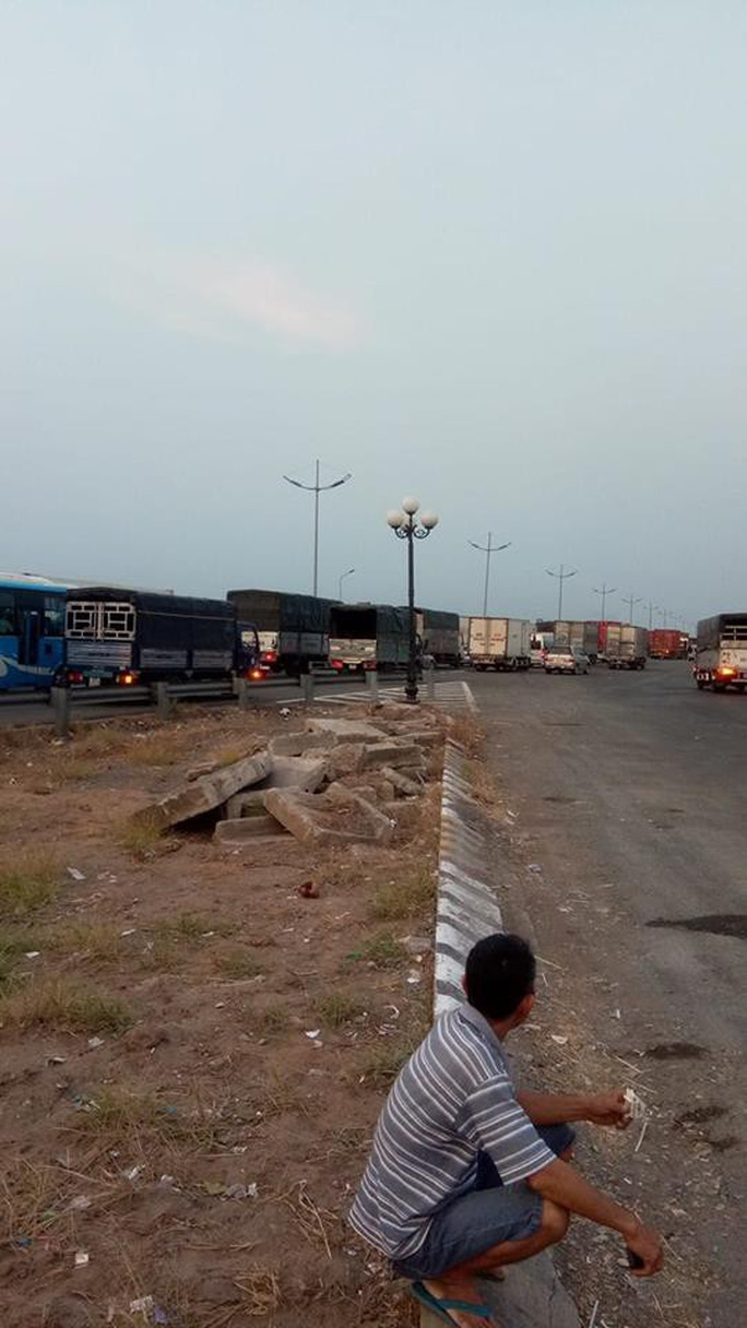 Đường cao tốc TP HCM - Trung Lương tê liệt thâu đêm - Ảnh 4.