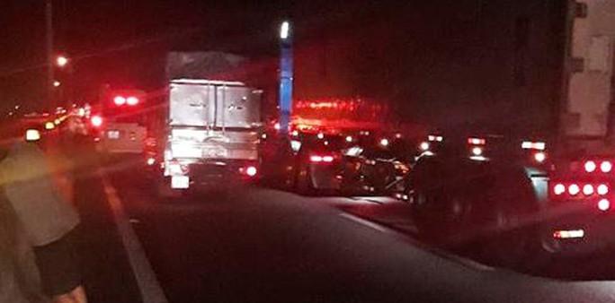 Đường cao tốc TP HCM - Trung Lương tê liệt thâu đêm - Ảnh 2.