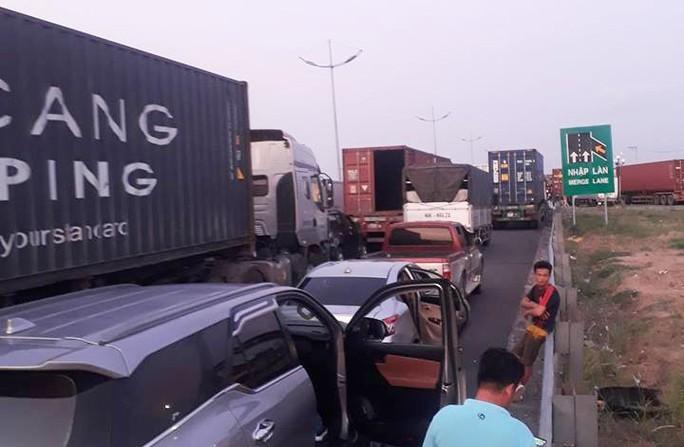 Đường cao tốc TP HCM - Trung Lương tê liệt thâu đêm - Ảnh 5.