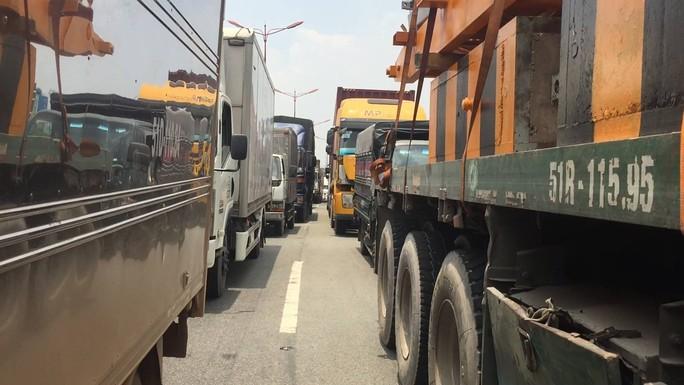 Dòng người đánh vật với kẹt xe, nắng nóng trên xa lộ Hà Nội - Ảnh 4.