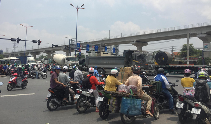 Dòng người đánh vật với kẹt xe, nắng nóng trên xa lộ Hà Nội - Ảnh 5.