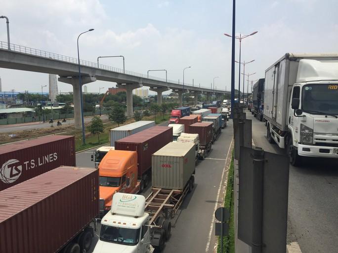 Dòng người đánh vật với kẹt xe, nắng nóng trên xa lộ Hà Nội - Ảnh 6.