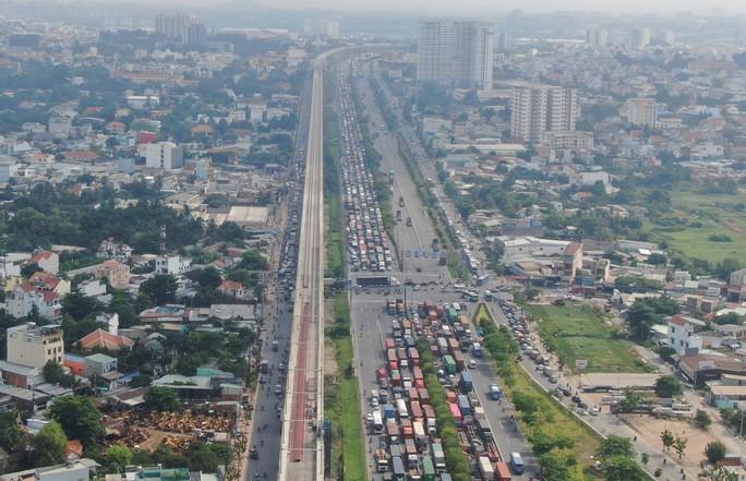 Dòng người đánh vật với kẹt xe, nắng nóng trên xa lộ Hà Nội - Ảnh 1.