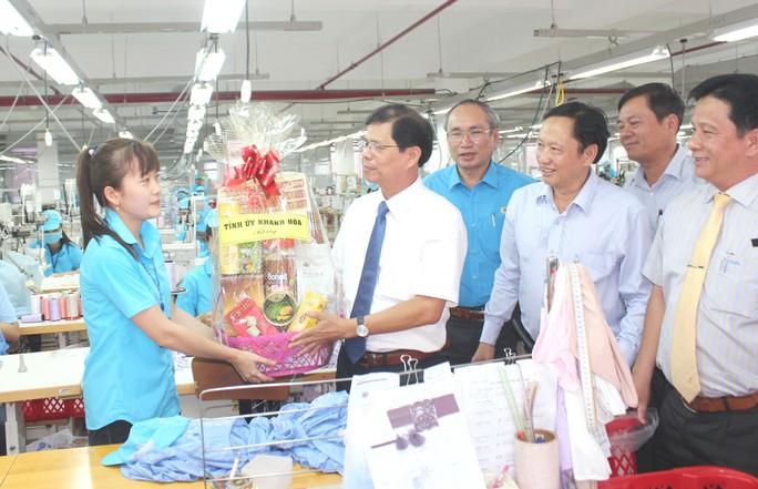 Khánh Hòa: Biểu dương 10 doanh nghiệp vì NLĐ - Ảnh 1.