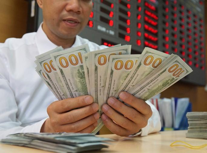 Giá USD trong ngân hàng tăng vọt - Ảnh 1.