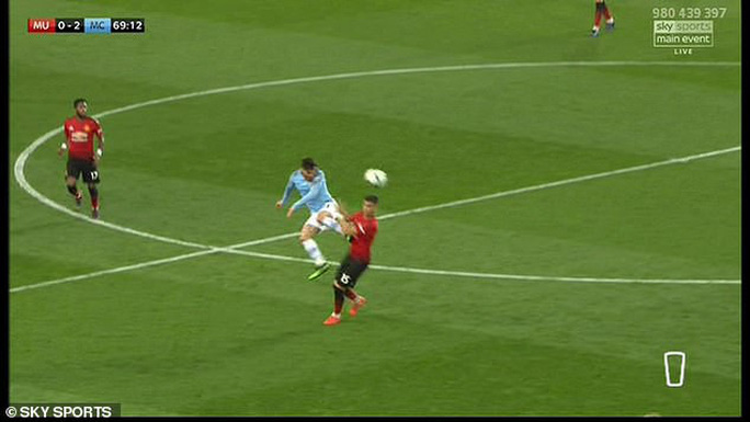 David Silva thoát thẻ đỏ khi tung cước vào ngực đối thủ - Ảnh 4.