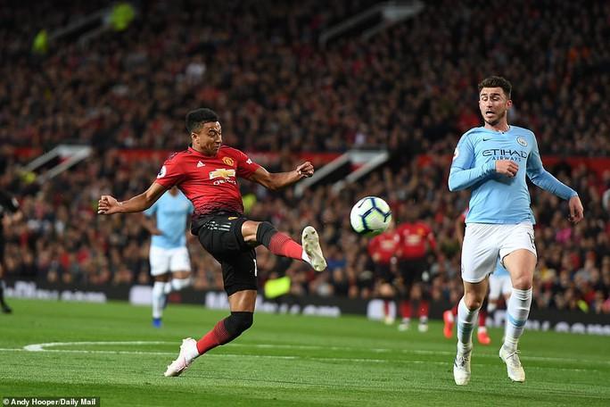 Hạ gục Man United trận derby, Man City tiến sát ngôi vô địch - Ảnh 2.