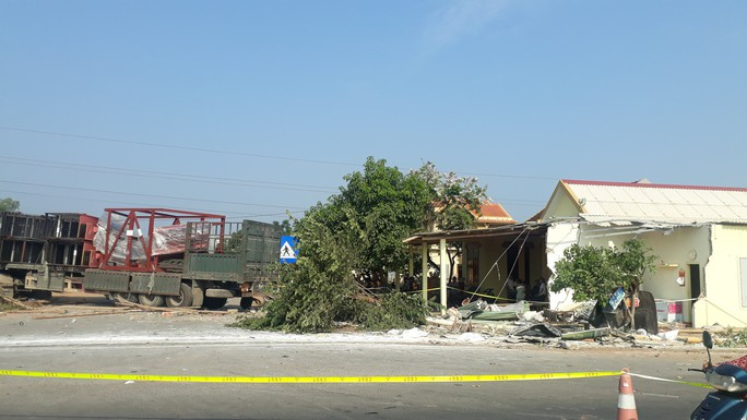 Xe container va chạm với ôtô tải, 3 người thương vong - Ảnh 3.