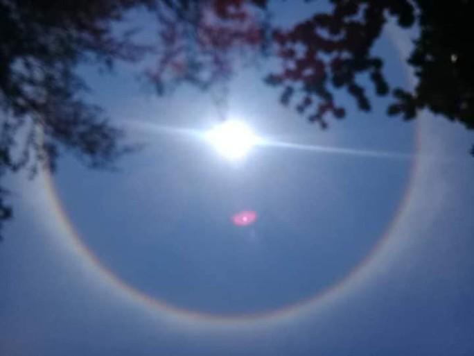 Thích thú với hiện tượng vầng hào quang bao quanh mặt trời ở Quảng Nam - Ảnh 8.