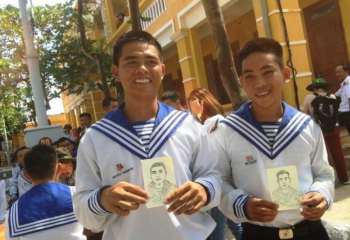 Kiều bào Mỹ ký họa chân dung chiến sĩ tại Trường Sa - Ảnh 16.