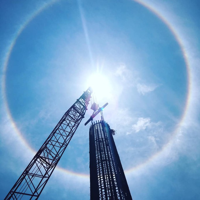Thích thú với hiện tượng vầng hào quang bao quanh mặt trời ở Quảng Nam - Ảnh 1.