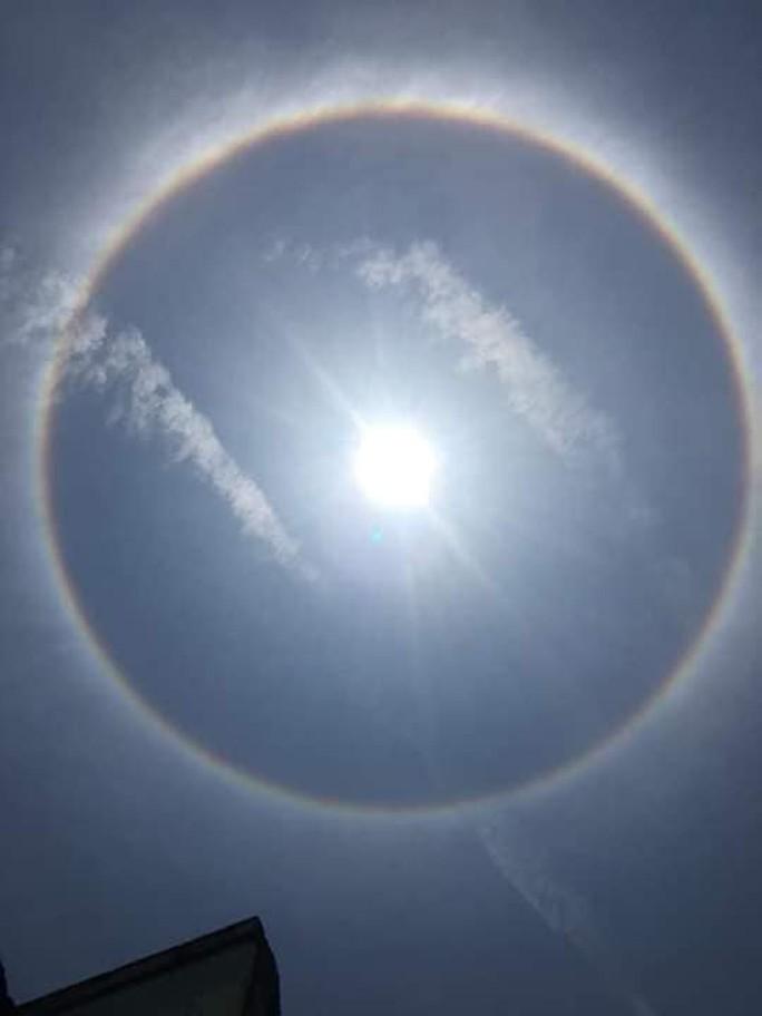 Thích thú với hiện tượng vầng hào quang bao quanh mặt trời ở Quảng Nam - Ảnh 6.