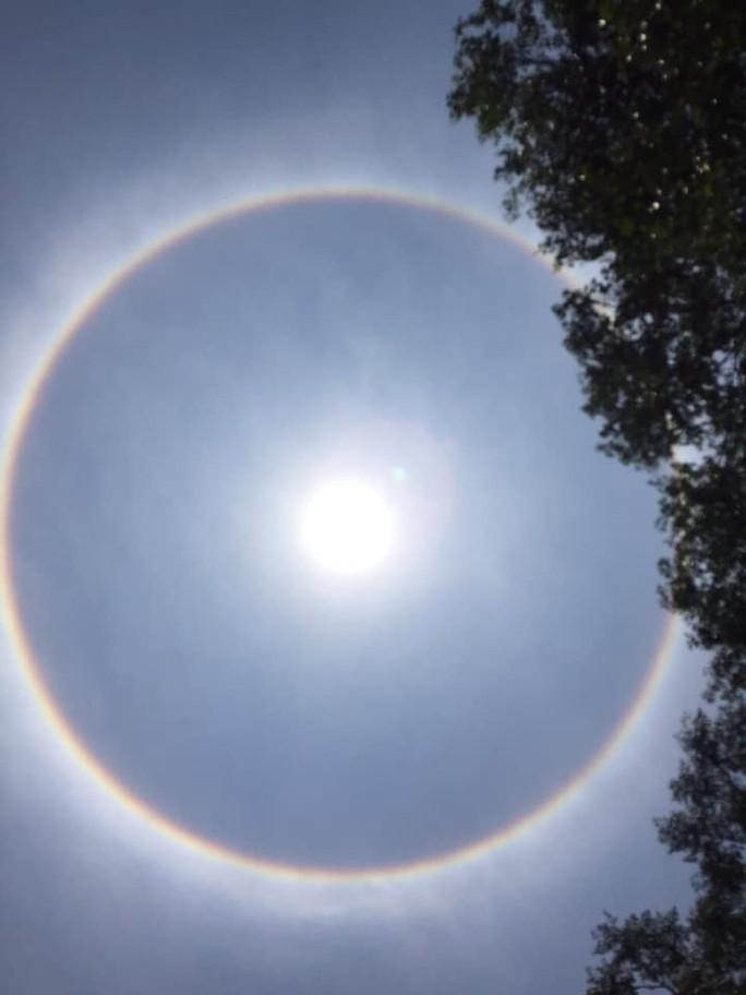 Thích thú với hiện tượng vầng hào quang bao quanh mặt trời ở Quảng Nam - Ảnh 5.
