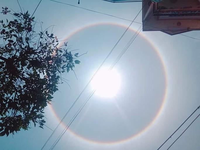 Thích thú với hiện tượng vầng hào quang bao quanh mặt trời ở Quảng Nam - Ảnh 3.