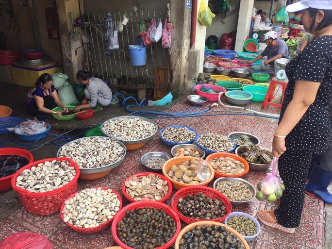 Thịt cá, hải sản đầy chợ, giá không tăng trong ngày đầu nghỉ lễ - Ảnh 2.