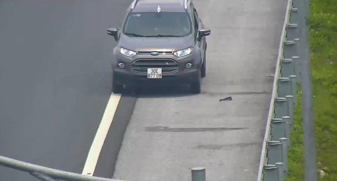 Bị phát hiện đi ngược chiều trên cao tốc Hà Nội-Hải Phòng, tài xế lùi xe bỏ chạy - Ảnh 1.