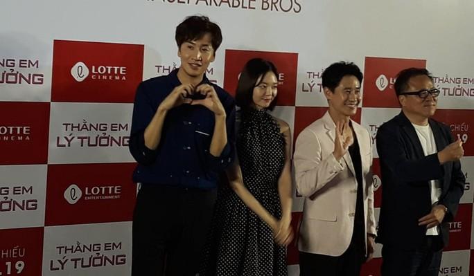 Hươu cao cổ Lee Kwang Soo rạng rỡ tại TP HCM - Ảnh 1.
