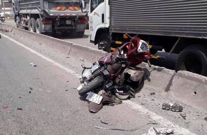 Xe máy vỡ vụn dưới bánh xe container, cô gái trẻ tử vong - Ảnh 1.