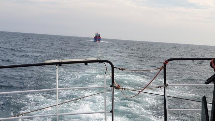 Vượt sóng trong đêm cứu 7 ngư dân hoảng loạn sau 4 ngày trôi dạt trên biển - Ảnh 1.