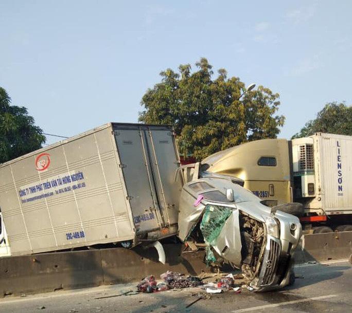 Xe container tông dập nát ô tô  bán tải dừng đèn đỏ, 2 người nguy kịch - Ảnh 1.