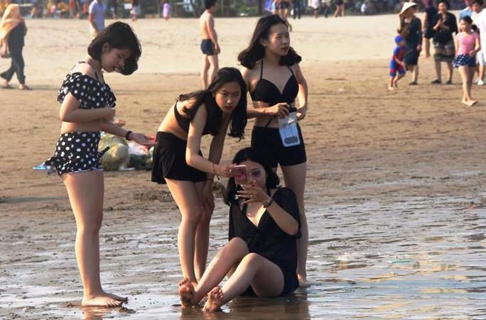 Biển Sầm Sơn ken đặc người trong ngày đầu nghỉ lễ 30-4 và 1-5 - Ảnh 11.