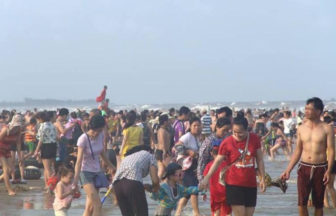 Biển Sầm Sơn ken đặc người trong ngày đầu nghỉ lễ 30-4 và 1-5 - Ảnh 9.