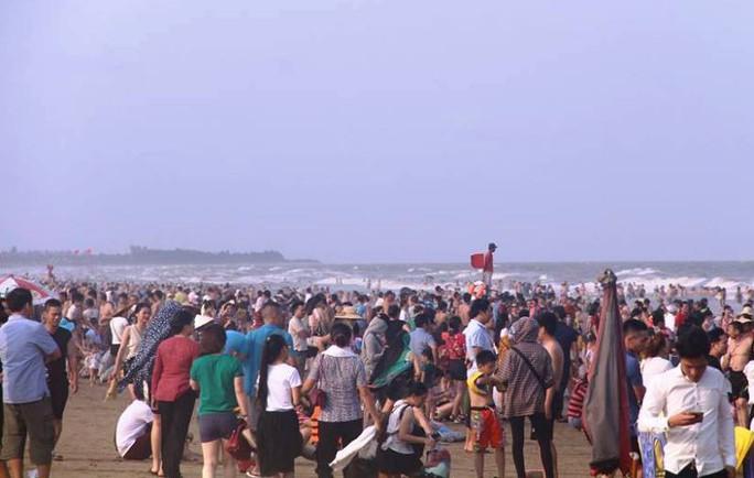 Biển Sầm Sơn ken đặc người trong ngày đầu nghỉ lễ 30-4 và 1-5 - Ảnh 2.