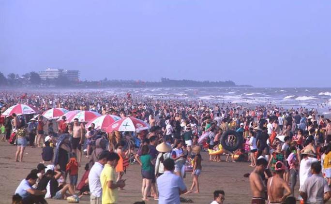 Biển Sầm Sơn ken đặc người trong ngày đầu nghỉ lễ 30-4 và 1-5 - Ảnh 4.