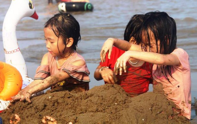 Biển Sầm Sơn ken đặc người trong ngày đầu nghỉ lễ 30-4 và 1-5 - Ảnh 8.